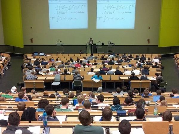 Около половината от завършилите в чужбина студенти избират да се