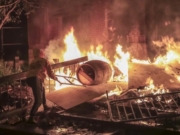 Протестите в Минеаполис излязоха напълно извън контрол след смъртта на
