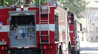Кола горя на бензиностанция в Ихтиман, жена е в