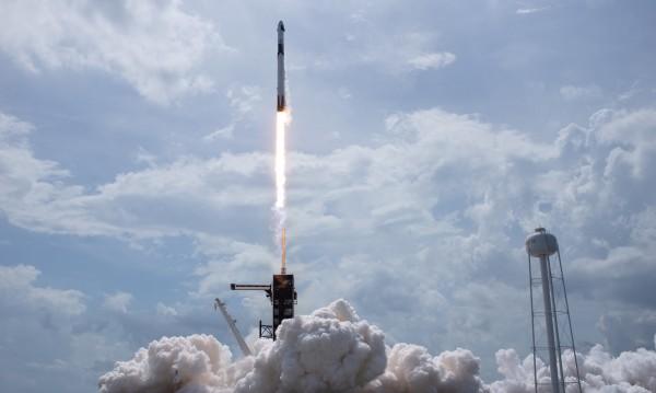 Капсулата на SpaceX с двамата астронавти на борда се скачи с МКС