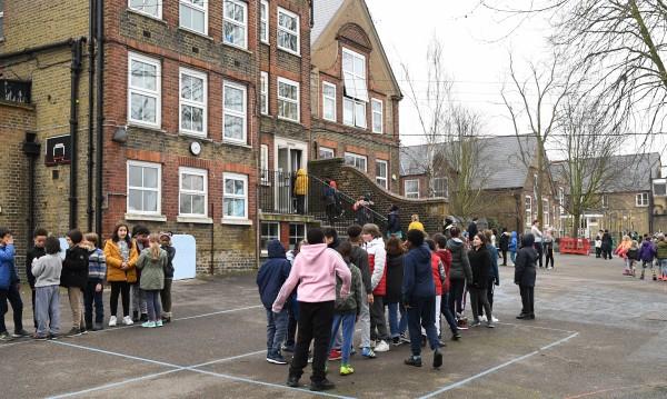 Отварят основните училища в Англия от утре