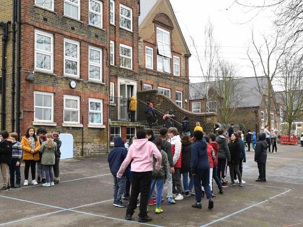 От утре започва отварянето на основните училища в Англия. Правителството