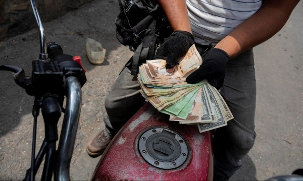 След 20 г. Венецуела за първи път вдига цената на бензина