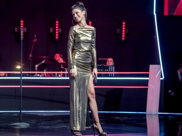 Въоръжена с блестящо вокално майсторство и облечена в златиста рокля,
