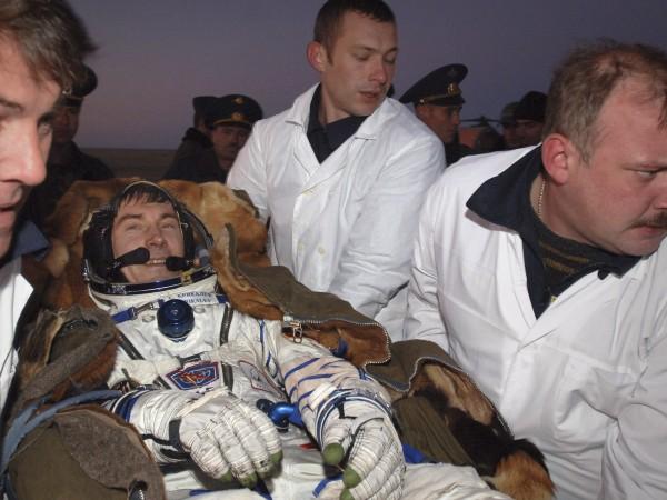 Три десетилетия след историческият полет на Гагарин в космоса, двама