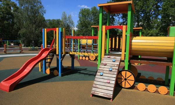 Мъж наби дете на детска площадка в заведение