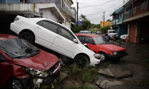 Поне 14 души са сред жертвите на бурята Аманда
