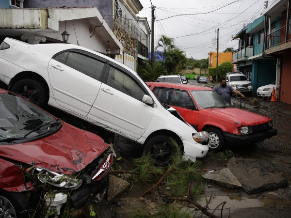Тропическата буря Аманда, която е първата за сезона в Тихия