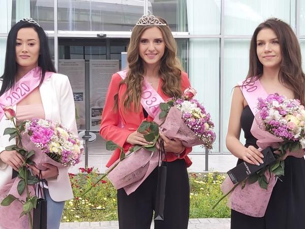 Първата виртуално избрана Царица Роза 2020 е абитуриентката Мария Петрова.