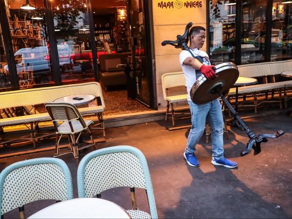 Французите се завръщат днес в любимите си кафенета и ресторанти