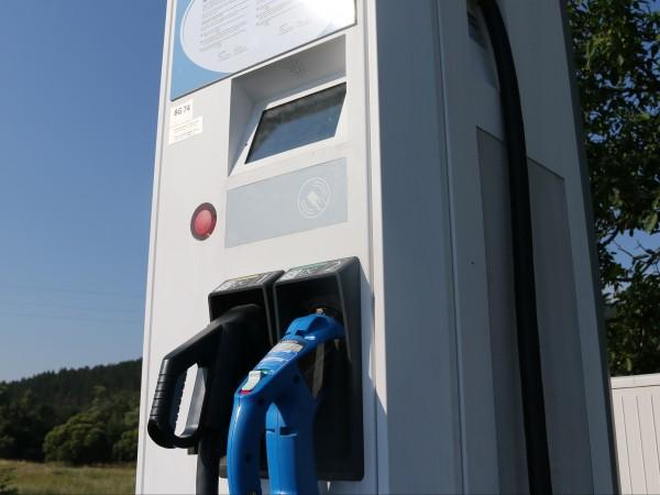 Монтирането на 31 зарядни станции за електромобили в синята зона