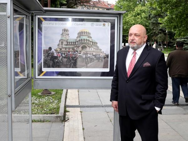 """Министърът на младежта и спорта Красен Кралев разгледа изложбата """"Спортът"""