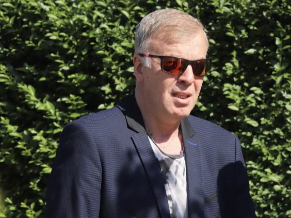 Наско Сираков, новият мажоритарен собственик на Левски, държи Петър Хубчев