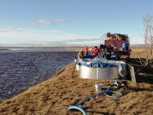 Аварийните екипи са събрали над сто тона дизелово гориво от