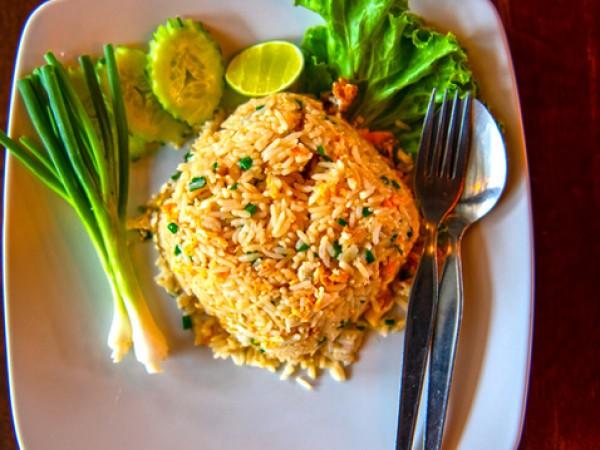 Продукти:375 г ориз1 голяма бучка масло2 броя пилешки гърди без