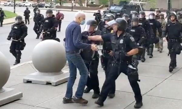 Нов позор за полицията в САЩ – насилие над мъж на 75 г., твърдят, че се спънал