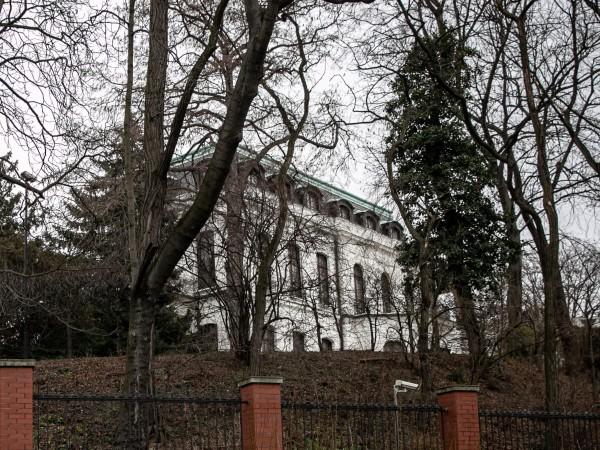 Чешкото правителство обяви днес двама души от персонала на руското