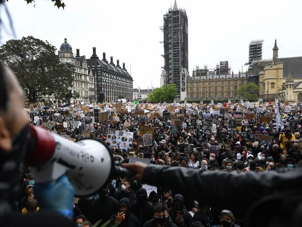 Протестиращи в Лондон срещу смъртта на Джордж Флойд при полицейски