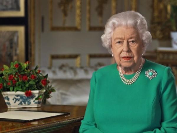 Членовете на британската кралска фамилия получават огромен поток от подаръци