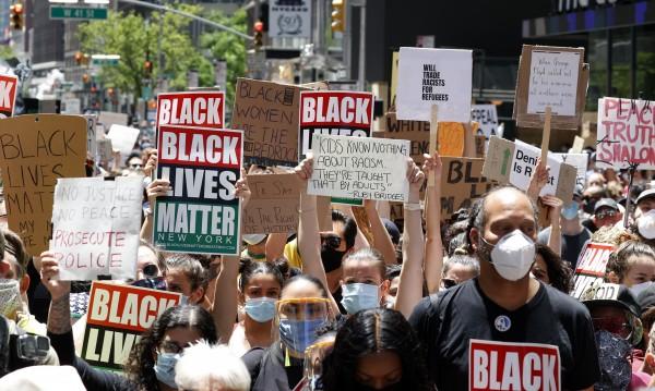 """В Минеаполис искат да """"разглобят"""" полицейското управление"""