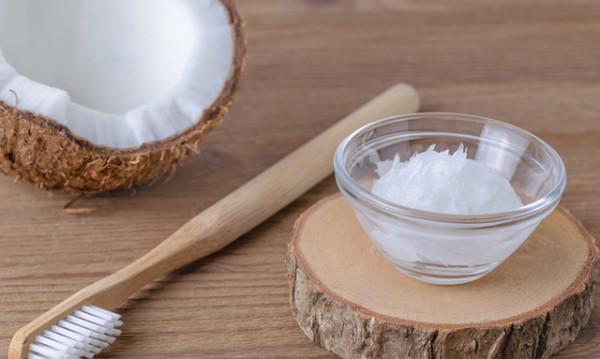 Как кокосовото масло заздравява зъбите и венците?
