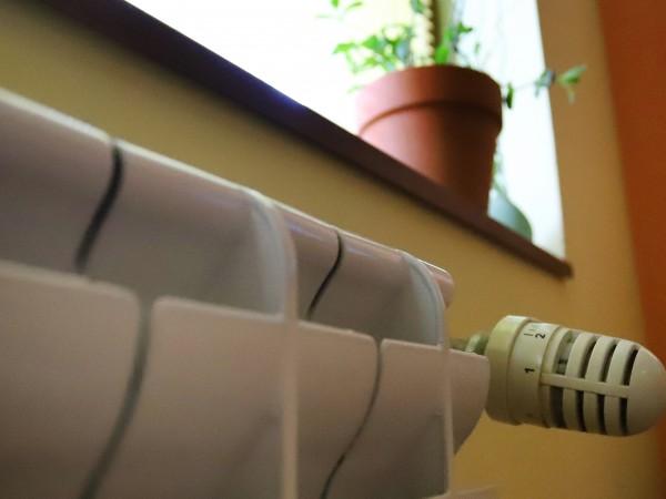 Средно с 10% поевтиняват парното и топлата вода със задна