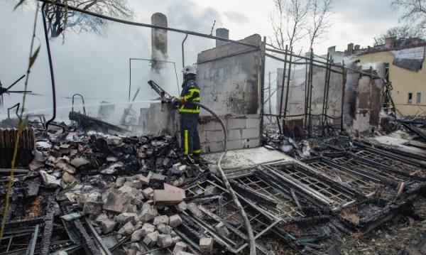 """Пожар пламна във """"Факултета"""", горят няколко постройки"""