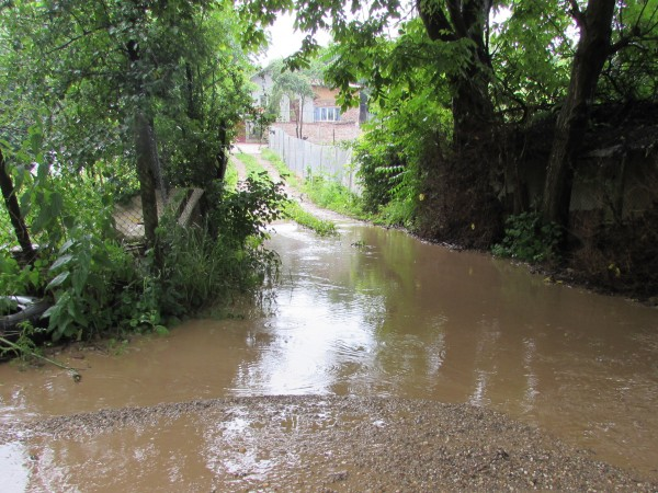 Десетки къщи и дворове са наводнени в община Златарица и