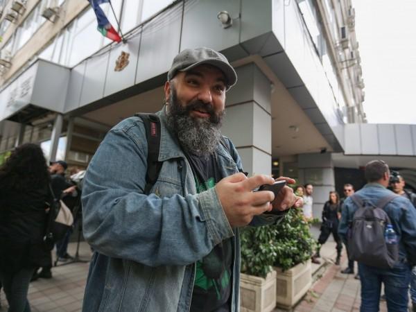 Артисти пиха по една студена вода пред Министерството на културата,
