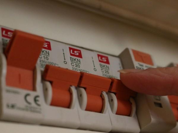 Семейство от Перник се оплака от високи сметки за ток