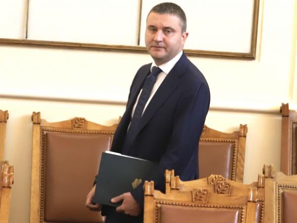 Финансовият министър Владислав Горанов коментира пред депутатите днес защо се