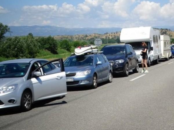 Вече повече от денонощие се извиват километрични опашки от камиони