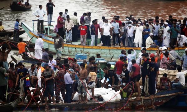 Най-малко 15 загинали при потъване на ферибот в Бангладеш