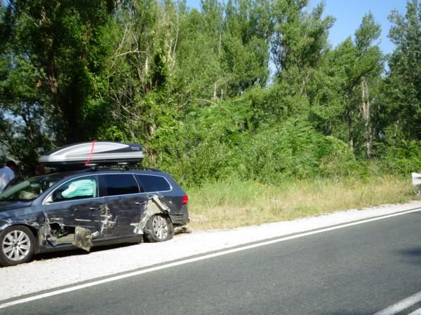 Кола с румънска регистрация е ударена от ТИР на главен