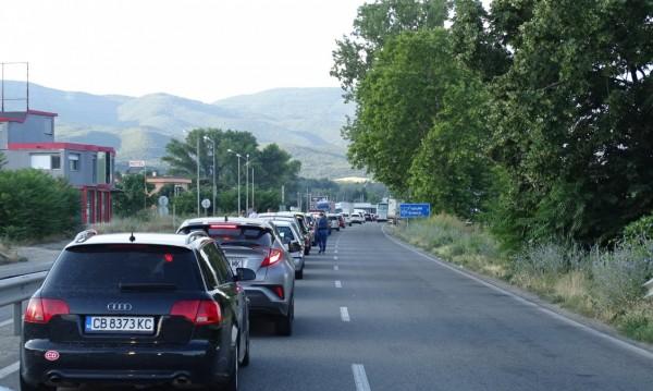 Туроператор: Връчването на фишове бави туристите на границата