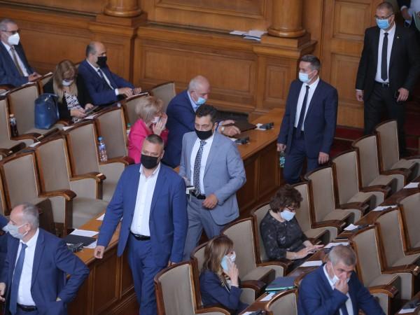 Със скандал започна пленарното заседание на депутатите. Причината – кой