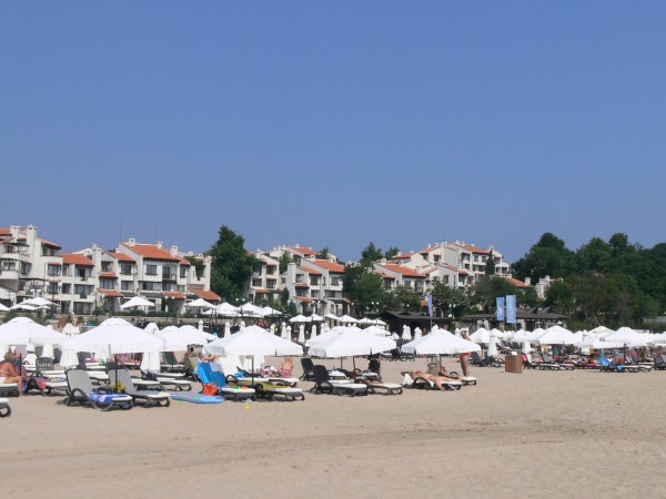 Клиент на заведение на плажа е бил принуден да заплати