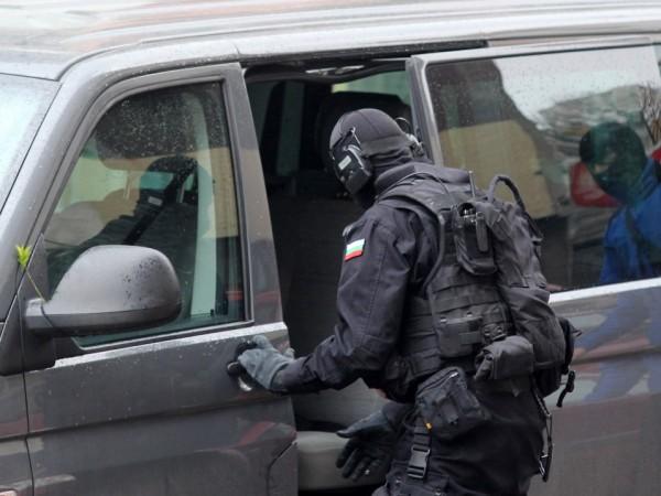 Акция на две места в София. Тежко въоръжени екипи на