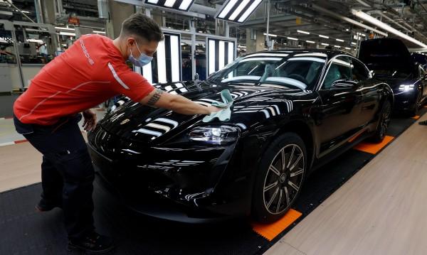 Германците не изневеряват, все още са влюбени в колите си