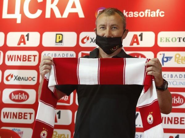 ЦСКА официално представи новия си треньор Стамен Белчев. Той се