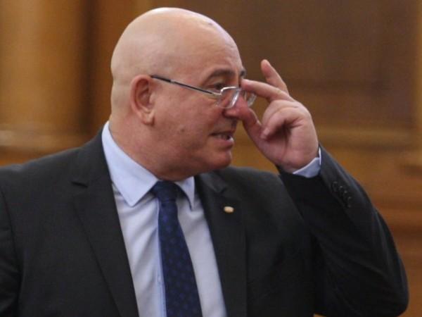 Екоминистърът Емил Димитров – Ревизоро се колебае дали да даде