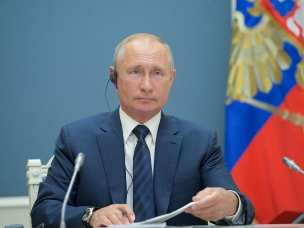 С промените в конституцията на Русия президентът Владимир Путин придобива