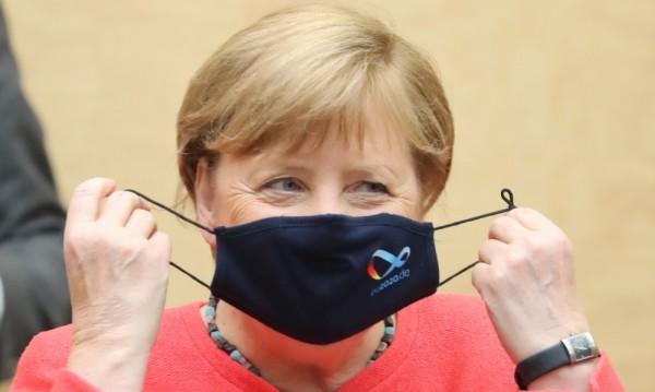 Ангела Меркел за първи път публично с маска