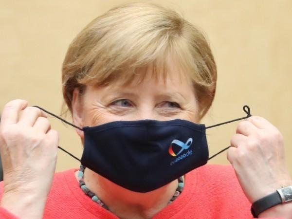Канцлерът на Германия Ангела Меркел си постави предпазна марка за