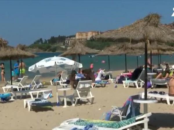 Близо 800 български и германски туристи останаха без чадъри и