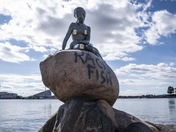 """""""Расистка риба"""" - с този надпис осъмна бронзовата статуя на"""