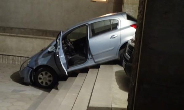 Кола пое по стълбите пред поликлиника в Благоевград
