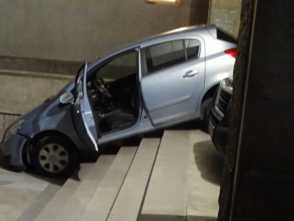 """Лек автомобил """"Опел"""", управляван от жена, потегли по стълбите пред"""