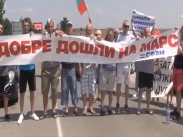 Протестиращи от шест населени места затвориха пътя Русе-Варна. Те настояват