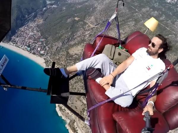 Турски инструктор по парапланеризъм полетя в небето, седнал удобно в